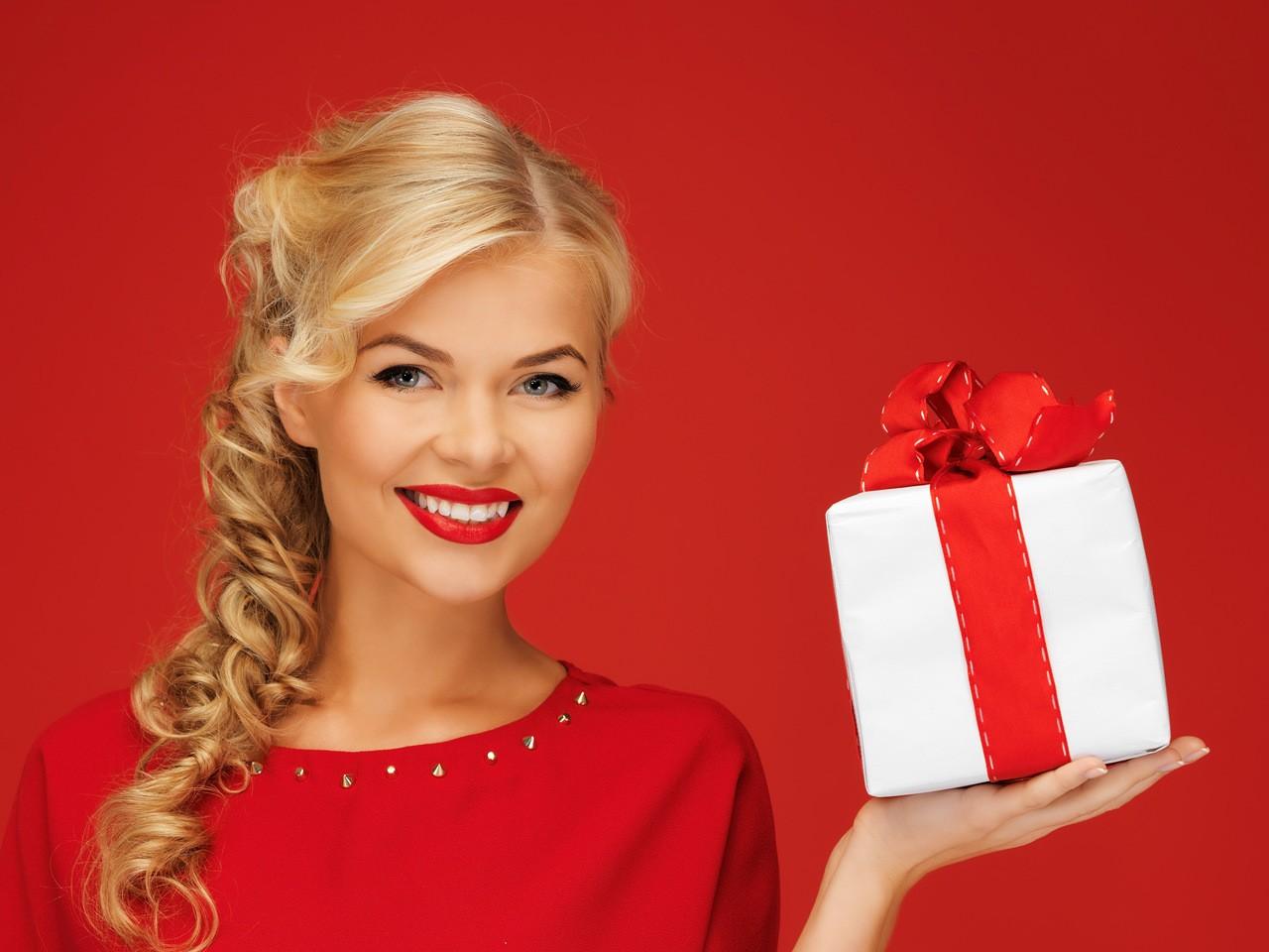 Если девушка не хочет принимать обычный подарок, как и что